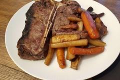 T-Bone-Steak mit Beilagen