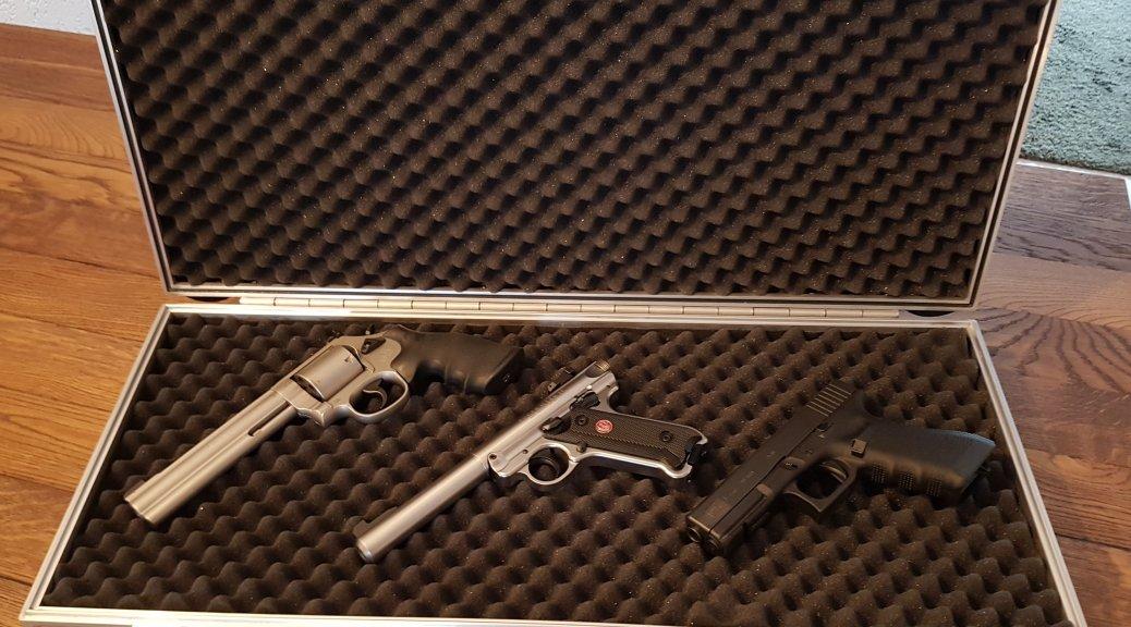 Waffenkoffer mit Waffen